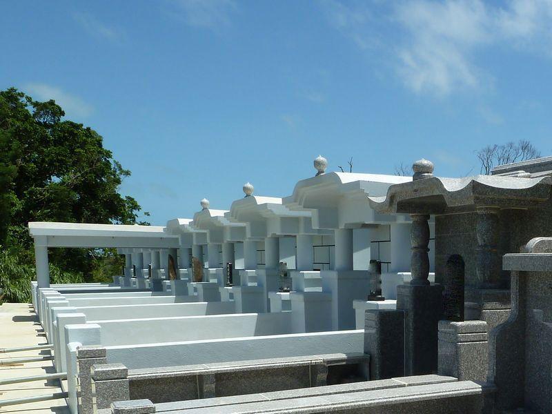 沖縄のお墓が複数並んだ様子